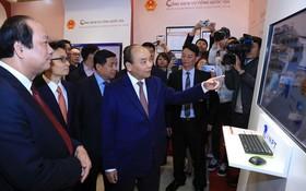 政府總理阮春福(中)與各代表出席啟動儀式。(圖源:互聯網)