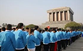 1000名優秀代表於昨(10)日上午前往晉謁胡志明主席陵並舉行報功儀式。(圖源:登海)