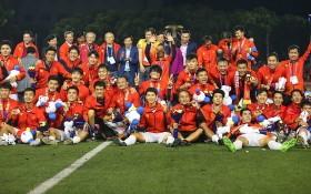越南男足在奪得金牌後歡欣地合照。(圖源:互聯網)