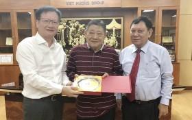 吳東文副廳長(左)贈送紀念品給杭慰瑤董事長(中)。