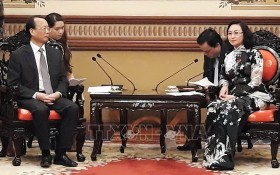 市人民議會副主席潘氏勝(右)接見中國重慶市人大常委會副主任杜黎明。(圖源:越通社)