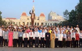 本市領導與優秀少數民族代表在胡志明主席塑像前合照留念。