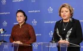 越南國會主席(左)與俄羅斯聯邦委員會主席向媒體發表會談結果。(圖源:越通社)