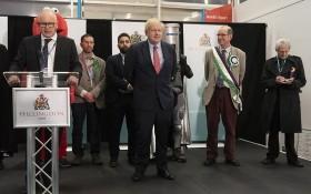 英首相、保守黨領袖約翰遜(中)在阿克斯布里奇選區的一處計票廳等待宣佈結果。(圖源:新華社)
