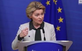 """歐盟委員會主席馮德萊恩在新聞發布會上公佈""""歐洲綠色協議""""。(圖源:越通社)"""
