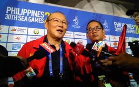 越南U22足球隊主帥朴恒緒接受記者採訪。(圖源:互聯網)
