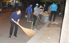 市委副書記武氏蓉與群眾一起清潔街道。