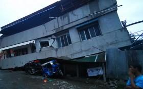菲律賓棉蘭老島達沃市許多建築物被震毀。(圖源:AFP)