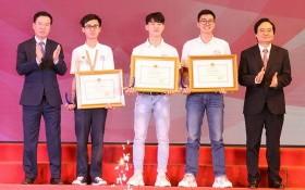 中央宣教部長武文賞(左一)向第一名得獎者頒發獎項。(圖源:雲英)