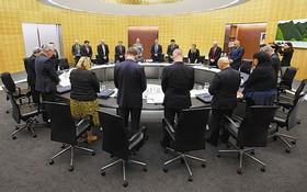 12月16日,在新西蘭首都惠靈頓,新西蘭內閣成員在內閣會議上為火山噴發遇難者默哀。(圖源:AFP)