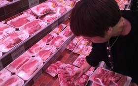 市民選購豬肉。(圖源:文福)