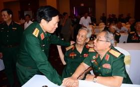 國防部長吳春歷大將(前左)同與會代表交談。(圖源:寶舒)