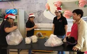 顧客在大發餅家購買湯圓。