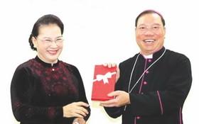 國會主席阮氏金銀(左)前往看望並向河內市總主教座堂祝賀2019年聖誕節和贈送禮物。(圖源:越通社)