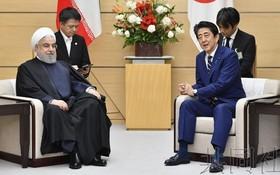 日本首相安倍晉三(右)與伊朗總統魯哈尼舉行會談。(圖源:共同社)