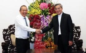 政府常務副總理張和平(左)看望本市總教區總主教座堂、總主教阮能。(圖源:越通社)