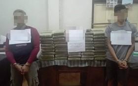 被抓獲的2名涉案嫌疑人及毒品物證。(圖源:M.H)