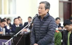 被告人阮北山站在被告席上回答審判員問案。(圖源:PV)