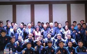 越南駐韓國大使阮武秀同越南國家男子足球 隊合影。(圖源:互聯網)