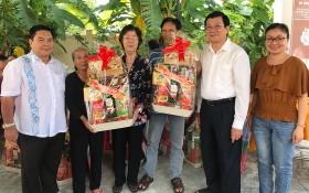 前國家主席張晉創(右二)、劉金華同志 (右四)、丁文森(左一)和黃婉玲(右一)夫婦向優撫對象贈送禮物。