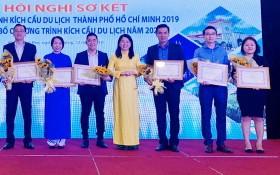 順捷旅行社副經理陳僑力(右二)上台領取市旅遊廳的獎項。