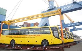 首批15輛Thaco Bus牌巴士在朱萊港裝船出口運往菲律賓。(圖源:Tr. Thường)