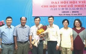 市各民族文學藝術協會辦公室主任張四妹 (右一)代表協會向新一屆執委送花祝賀。