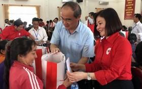 市領導贈送春節禮物給貧困者。(圖源:互聯網)