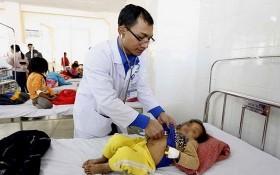 林同省全科醫院的醫生在為一名病童看診。(圖源:寶雯)