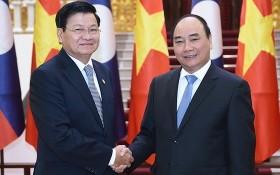 老撾人民民主共和國政府總理通倫‧西蘇里(左)與政府總理阮春福。(圖源:VGP)