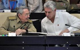 古巴共產黨中央委員會第一書記勞爾‧卡斯特羅‧魯茲(左)與古巴共和國主席米蓋爾‧迪亞斯-卡內爾。(圖源:AFP)