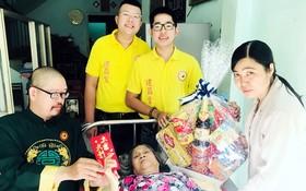 陳大師(左一)向劉桂同志贈送禮物。