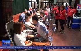 """2020年""""紅色週日""""活動吸引眾多共青團員、青年與各大專院校學生踴躍前來捐血救人奉獻愛心。(圖源:VNews視頻截圖)"""