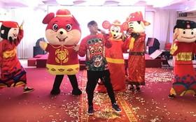 李志成與團圓在點睛開光儀式上演出賀歲節目。