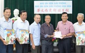 本報主編阮玉英(右二)接受土龍木天后宮理事會的贊助金。