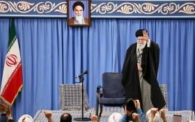 伊朗最高領袖哈梅內伊出席會議通報有關針對美軍駐伊拉克基地發動的襲擊。(圖源:AFP)