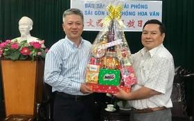 黎曰孟雄編委(左)接受丁文森贈送的新年禮物。