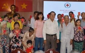 張興盛副理事長(前排右四)給同胞發紅包。