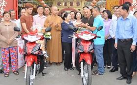 市委副書記武氏蓉(中)代表贈送謀生工具給貧戶。