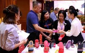 中國消費者在選購華人企業平仙公司的鞋品。