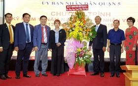蘇慧蘭會長(左四)與各副會長接過第五郡領導祝賀的花籃。