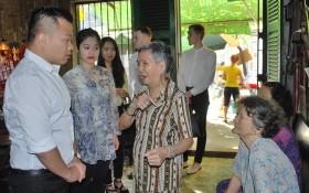 麒麟與自己的所在企業同仁經常前往慰問聚群居的老人家,感謝她們讓他萌生要保護華人文物的想法。