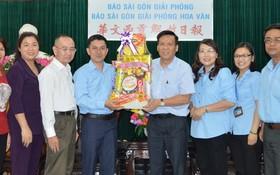 阮玉英副總編輯(右四)接領來賓的新年禮物。