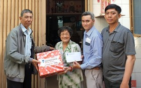 市華語成人教育中心工會前往探望華人革命老前輩並贈送春節禮物。