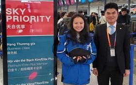 越航代表在中國上海市浦東機場將財物交還失主(左)後合影。(圖源:越航)