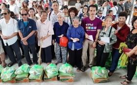 永安堂慈善團分別向前江省州城、米市、美萩和丐皮等4個縣的盲人會贈送春節禮物。