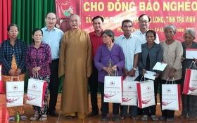 市委書記阮善仁(後排左一)與代表團向貧戶贈送禮物。
