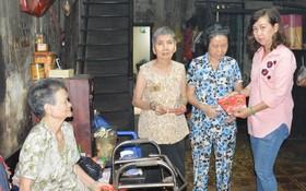 工會副主席陳月寶向老人發紅包。