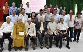 市民族處領導與模範少數民族同胞合照。