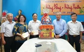 市委民運處向市各民族文學藝術協會拜年並贈送禮物。